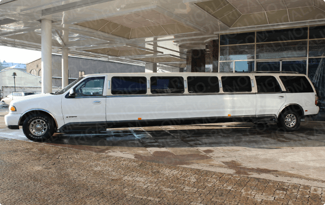 Riga Limousines - Lincoln Navigator Super Strech - Side View